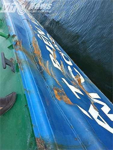 Những 'vết thương' trên tàu CSBVN 2016 chỉ cách mặt nước khoảng 40cm. (Ảnh: Quang Tùng)
