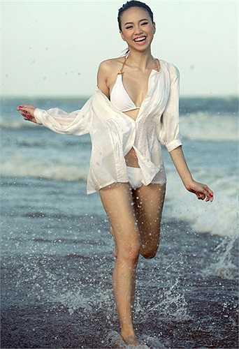 Giống với Jennifer Phạm, Đinh Ngọc Diệp cũng khéo léo chọn áo sơ-mi khoác ngoài đồng tông cùng bộ áo tắm sành điệu. Trên bờ biển, cô tự tin khoe vóc dáng với trang phục đẹp mắt.