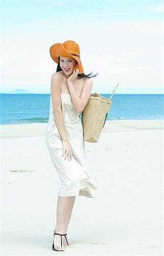 Trong khi đó, Á hậu Ngọc Oanh diện gu nữ tính với mốt váy quây tông màu trắng. Người đẹp còn gây chú ý với bộ phụ kiện mũ, túi cói… ăn nhập với tạo hình trong sáng.