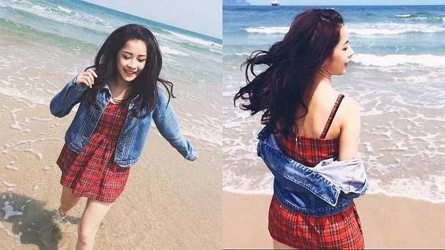 Hot girl Chi Pu chọn trang phục dạo biển rất trẻ trung. Nữ người mẫu tuổi teen mix váy ca-rô cùng áo jacket denim cá tính.