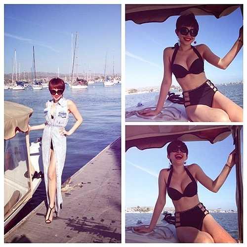 Ca sỹ Tóc Tiên luôn dẫn đầu các xu hướng thời trang. Ngay cả khi đi biển, người đẹp cũng thể hiện sự sành điệu. Giọng ca Tóc mây từng khiến fan hâm mộ trầm trồ khen ngợi về những bộ cánh dạo biển bắt mắt, hợp thời trang. Trong ảnh là mẫu áo khoác dài chất liệu denim hiện đại, được cô mix sáng tạo cùng bikini cạp cao hợp mốt.