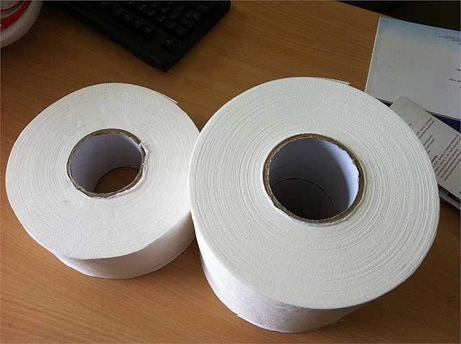 Giấy vệ sinh: Nếu bạn sử dụng giấy vệ sinh kém chất lượng, bạn sẽ dễ dàng gặp phải tình trạng viêm nhiễm, sưng tấy, dị ứng vùng kín. Và nếu không rửa sạch tay trước khi vệ sinh, các vi khuẩ - mầm mống gây bệnh sẽ xâm nhập vào vùng kín và gây bệnh.