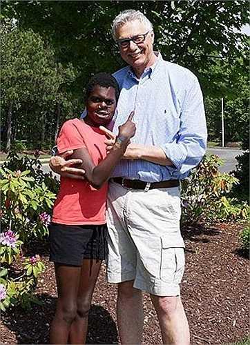 Cô bé người Kenya, Saline Atieno, 12 tuổi, gần đây đã lấy lại sự tự tin cùng nụ cười của mình sau khi được phẫu thuật tái tạo khuôn mặt.