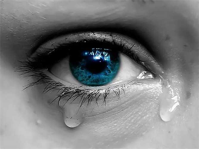 Nhiếp ảnh gia Rose-Lynn Fisher đã thực hiện bộ ảnh khoa học về cấu trúc nước mắt. Phát hiện của ông khiến người ta ngỡ ngàng vì cấu trúc những tinh thể nước mắt thay đổi tùy thuộc vào cảm xúc của chúng ta như: đau buồn, vui sướng thậm chí cay mắt vì hành tây...