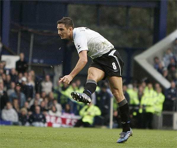 Một cú sút xa không thể cản phá của Lampard tại Goodison Park vào ngày 17/12/2006. Dù trước mặt tiền vệ người Anh là một rừng hậu vệ Everton, Lampard vẫn có thể ghi bàn