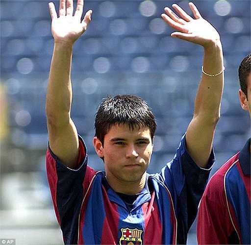 Mùa hè 2001, Barca đã phá giá chuyển nhượng khi đưa về tiền đạo 19 tuổi Javier Saviola. Tuy nhiên ngôi sao người Argentina chơi không thành công. Thậm chí anh này sau đó còn đào tẩu sang đại kình địch Real Madrid