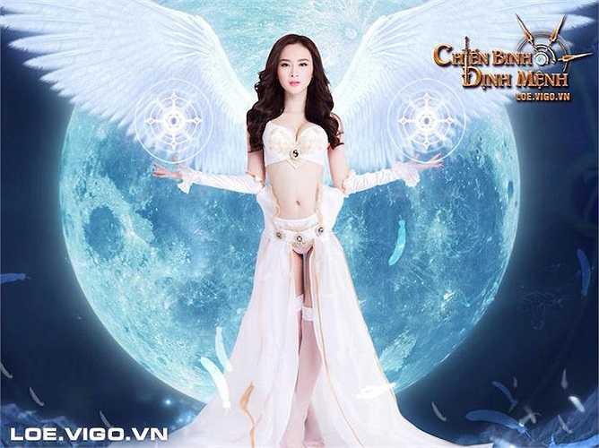 Trong lần hóa thân này, nữ diễn viên hóa thân thành một thiên thần với trang phục với nhiều khoảng hở táo bạo.