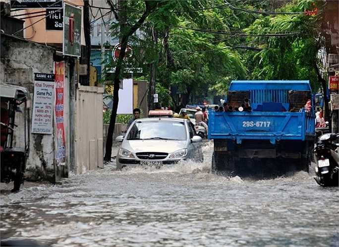 Phố Vương Thừa Vũ, quận Thanh Xuân đoạn đường từ số 21 tới ngã ba lối vào làng Quan Nhân ngập hơn 40cm - Ảnh: Zing