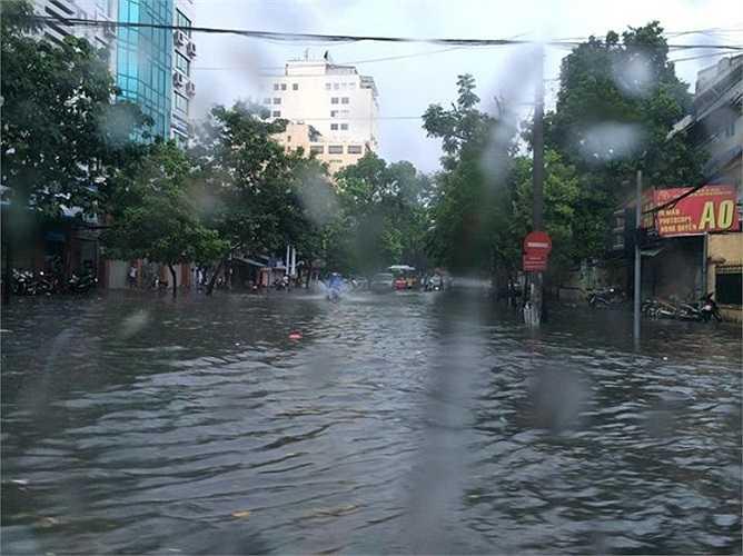 Ngã tư Nguyễn Du - Bà Triệu chỗ sâu nhất hơn 40cm. Ảnh: Trần Nghĩa Thanh/Zing