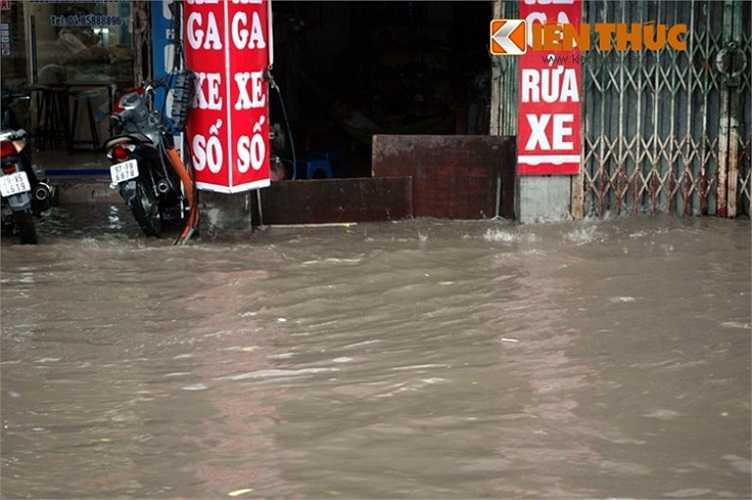 Phố Tây Sơn, quận Đống Đa ngập sâu trong nước, có chắn cũng như không - Ảnh: Kiến thức