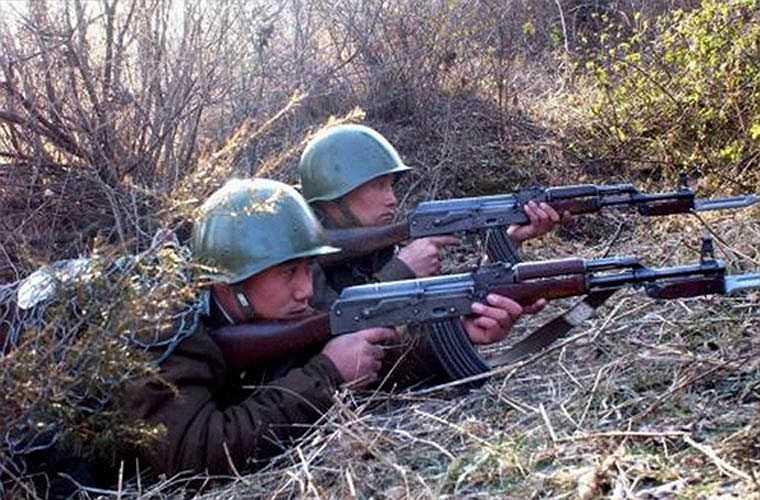 Trong ảnh, các binh sĩ Triều Tiên sử dụng khẩu Type 58 được sản xuất hoàn toàn dựa trên AK-47. Điểm khác biệt lớn nhất là nó dài hơn so với AK-47. Theo đó, Type 58 dài 890mm so với 870mm của AK-47, ngoài ra súng không có sự khác biệt nào.