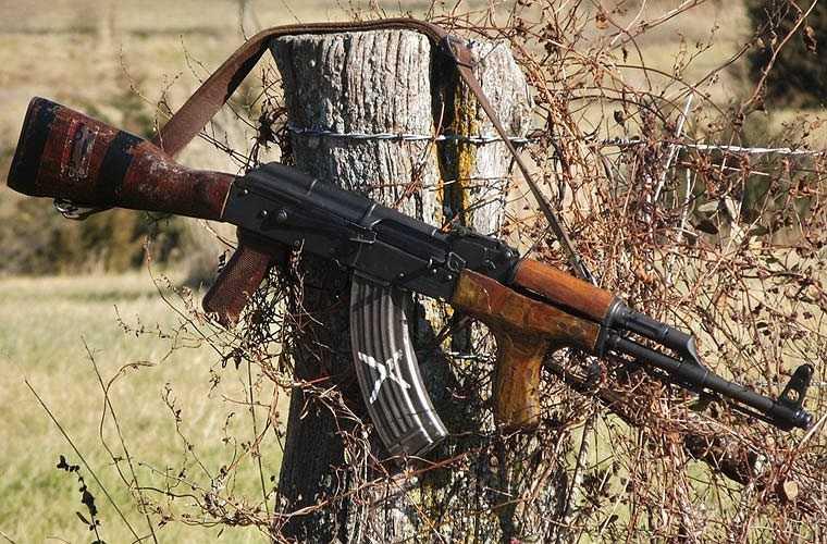 Biến thể PM md.63 do Romania sản xuất dựa trên mẫu AKM. Điểm khác biệt lớn nhất có thể nhìn thấy là bổ sung thêm tay cầm phụ phía trước. Ngoài các bộ phận bên trong, cách tháo lắp đều giống hệt AKM.
