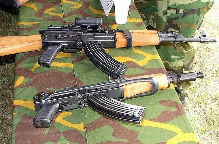 Biến thể Zastava M70 (phía trên) và M92 carbine (phía dưới) do Nam Tư(cũ) sản xuất dựa trên AKM. Về cơ bản, M70 và các biến thể của nó không có nhiều sự khác biệt so với AKM ngoài phần vỏ buồng đạn dày hơn và không có rãnh hình chữ nhật trên bộ phận này.