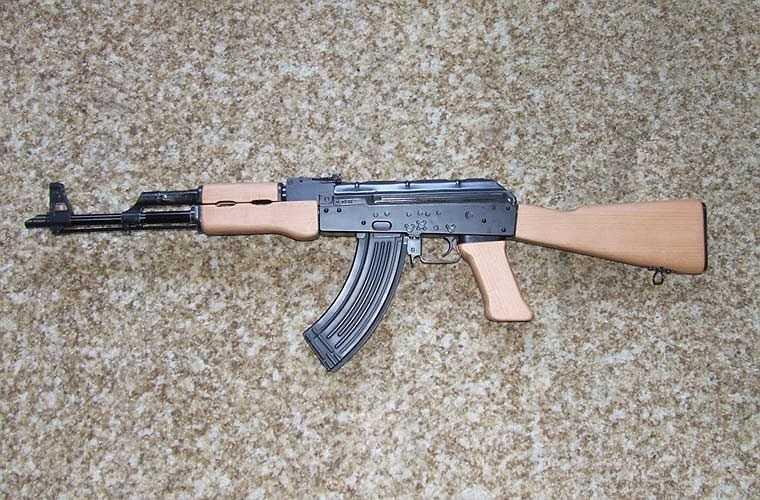 Biến thể AK-63 do Hungary sản xuất dựa theo mẫu AKM của Liên Xô. Nó không có nhiều sự khác biệt so với AKM ngoại trừ không có rãnh hình chữ nhật ở trên vỏ buồng đạn.