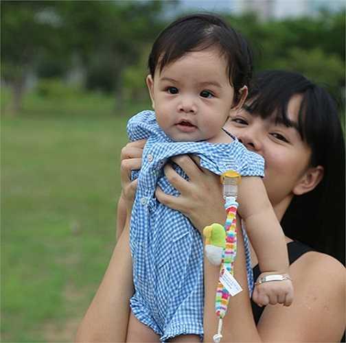 Bé Bella của Phạm Quỳnh Anh khi 6 tháng tuổi rất bụ bẫm