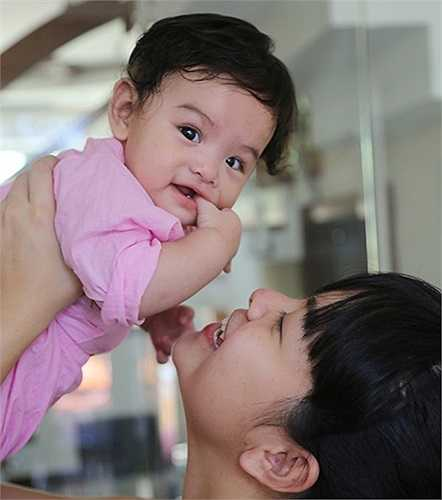Phạm Quỳnh Anh thường xuyên khoe ảnh con gái với mọi người
