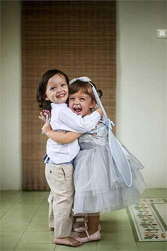 2 cô công chúng đáng yêu của Diva Hồng Nhung: Tôm và Tép.Trong hình, bé Tôm - Aiden (trái) mặc áo sơ mi kết hợp với quần kaki, bé Tép - Lea (phải) mặc váy công chúa màu xanh, ton-sur-ton với bờm tóc và phụ kiện cánh bướm đeo ở vai.