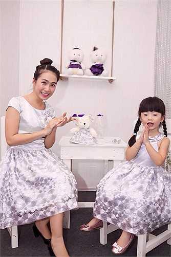 Hai mẹ con thường xuyên diện đồ đôi, khoe sắc rực rỡ