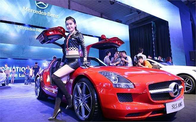 Siêu xe cánh chim SLS AMG 2014 trang bị động cơ động cơ V8 AMG 6.3L, công suất 563 mã lực tại 6.800 vòng/phút, mô men xoắn 650 Nm tại 4.750 vòng/phút. Xe vừa được giới thiệu tại Hà Nội ngày 18/6 ước tính khoảng 11,8 tỷ đồng. Đây được đánh giá là dòng siêu xe hàng đầu thế giới có giá vừa phải.