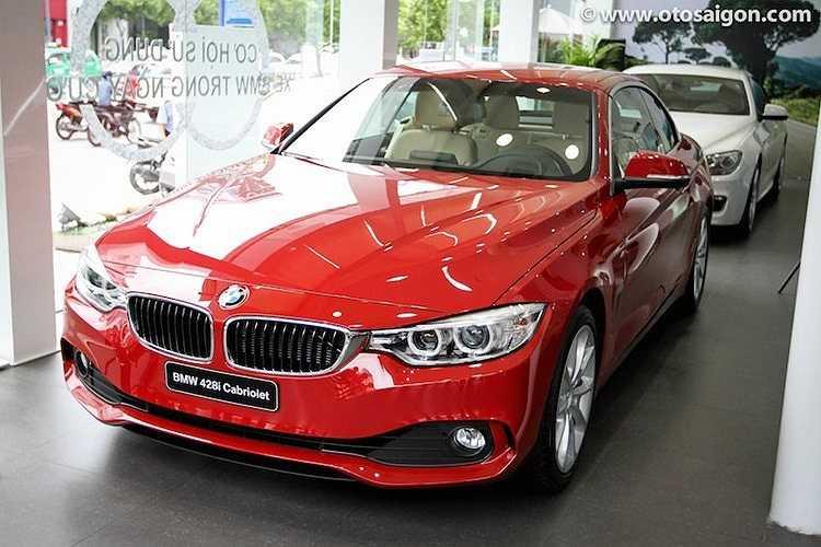 Phiên bản BMW 428i mui trần vừa chính thức được phân phối tại Việt Nam giữa tháng 6 vừa qua với kiểu dáng đậm chất thể thao. Xe được trang bị động cơ xăng TwinPower Turbo 4 xy lanh thẳng hàng có dung tích 2,0 lít cùng với bộ tăng áp kép đem lại công suất 245 mã lực từ 5000-6500 vòng/phút và mô-men xoắn cực đại 350 Nm từ 1250-4800 vòng/phút kết hợp cùng hộp số tự động 8 cấp. Giá xe gần 3 tỷ đồng.