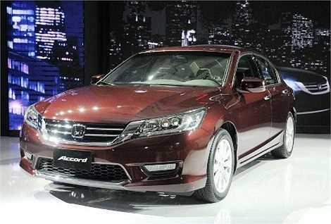 Honda Việt Nam chính thức giới thiệu mẫu Accord thế hệ thứ 9 hoàn toàn mới ngày 25/6. Bản Accord cho thị trường Việt được trang bị động cơ xăng 2.4L DOHC i-VTEC, 4 xy lanh thẳng hàng, 16 van, công suất 129kW tại 6.200 vòng/phút, mô-men xoắn 225 Nm tại 4.000 vòng/phút, đi kèm hộp số tự động 5 cấp. Giá xe được niêm yết 1,47 tỷ đồng.