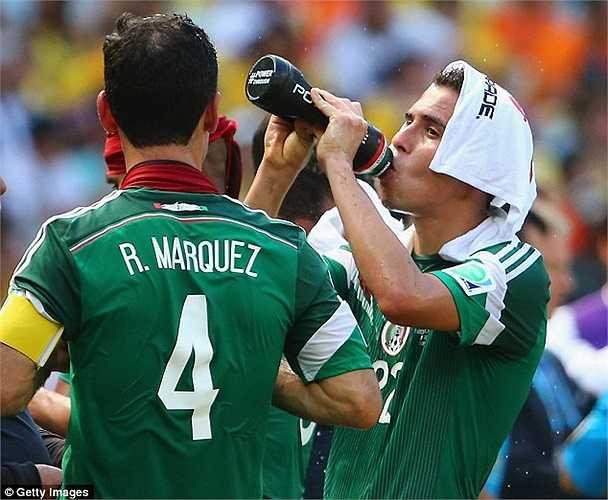 Dù 'cooling break' - 3 phút nghỉ ngơi ở các phút 30, 75 mỗi trận để các cầu thủ làm mát cơ thể, đã chính thức được áp dụng từ Olympic 2008, nhưng đây là lần đầu tiên nó xuất hiện tại đấu trường World Cup.