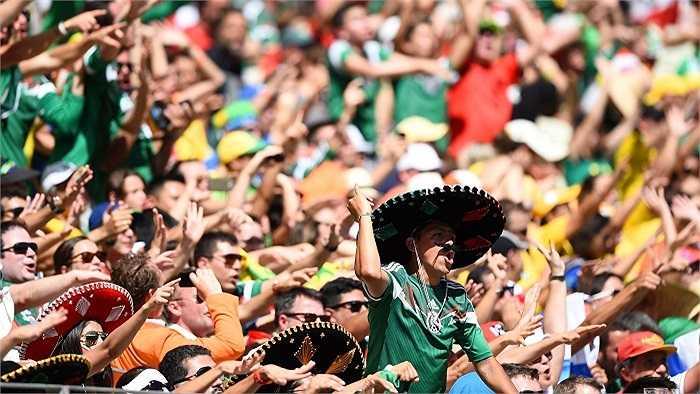 Trái ngược lại, các CĐV Mexico vẫn cổ vũ rất cuồng nhiệt