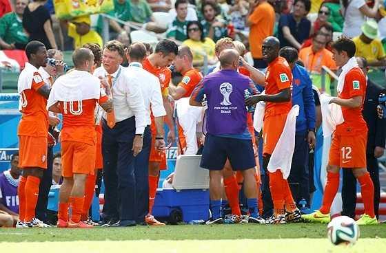HLV Van Gaal đã điều chỉnh chiến thuật trong lúc các học trò uống nước. Huntelaar vào sân ở phút 76 và lập tức làm nên chuyện