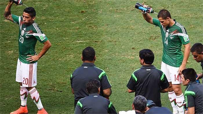 Dù là những dân người dân châu Mỹ, nhưng trong trận cầu căng thẳng như thế này thì các cầu thủ Mexico dường như cũng muốn được tắm để làm mát cơ thể