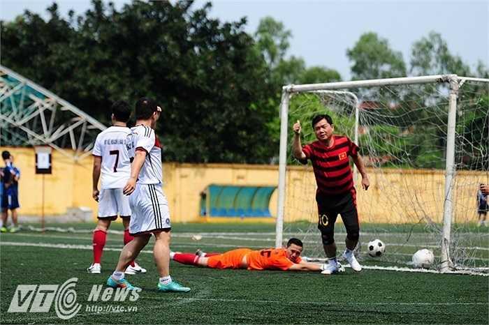 Mang áo số 10, Bộ trưởng Giao thông vận tải Đinh La Thăng liên tục ghi bàn, trong đó có bàn bằng nâng tỉ số lên 2-0 trong trận chung kết