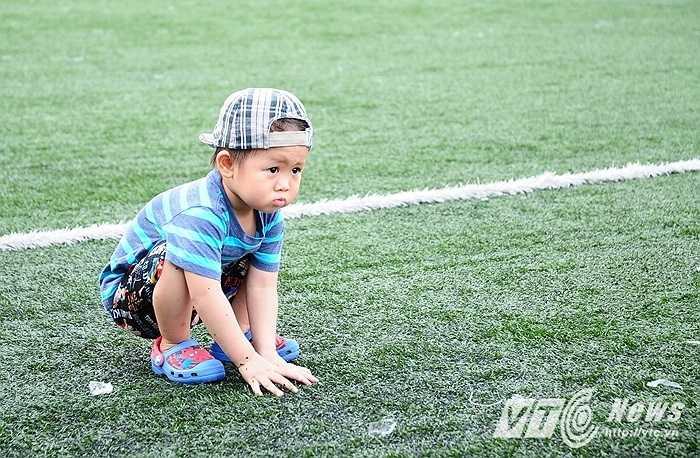 Không chỉ có người lớn, nhiều cậu nhóc cũng theo cha mẹ ra sân xem thi đấu bóng đá