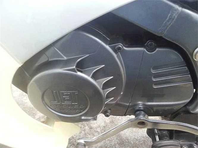 Hầu hết những mẫu 'Xì-po' đều không được lắp ráp tại Việt Nam mà nhập khẩu từ Nhật Bản, Indonesia hoặc Thái Lan. Cho đến nay, vẫn còn rất nhiều người Việt đam mê 'huyền thoại' một thời này của Suzuki. Trong ảnh là cận cảnh lốc máy mới cứng của chiếc Suzuki RGV 120.