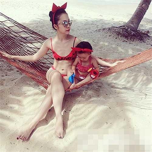 Tuy nhiên, trong tấm ảnh mới được đăng tải trên trang cá nhân, Linh Nga diện bộ bikini gợi cảm để lộ vòng 1 phẳng lỳ.