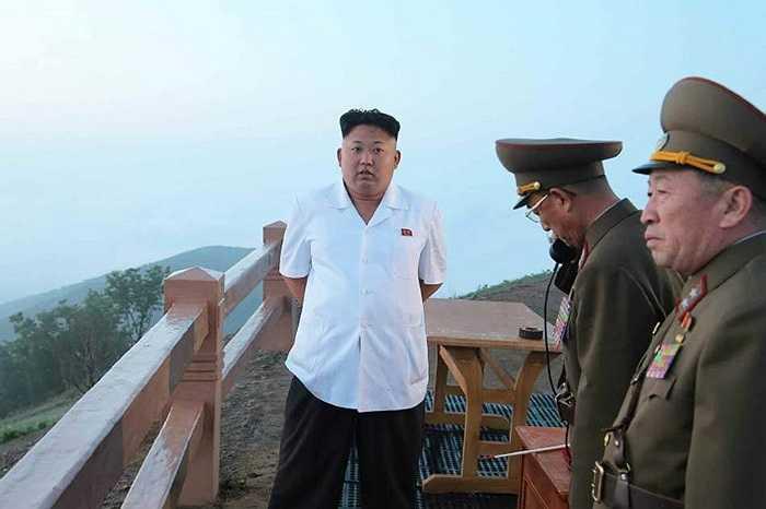 Nhà lãnh đạo Kim Jong-un trò chuyện với các sĩ quan chỉ huy lực lượng tên lửa chiến thuật Triều Tiên