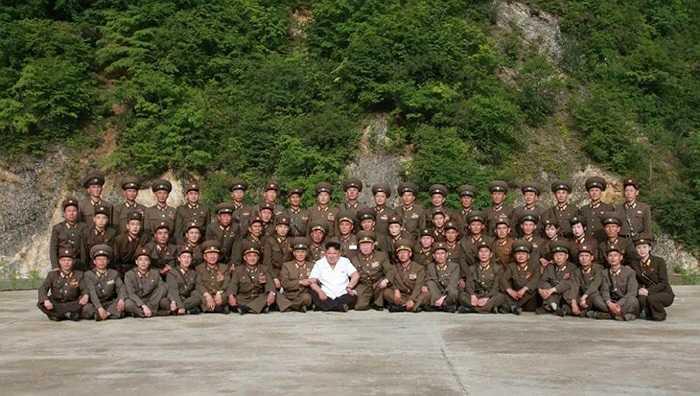 Chụp ảnh lưu niệm với sĩ quan, binh lính tên lửa