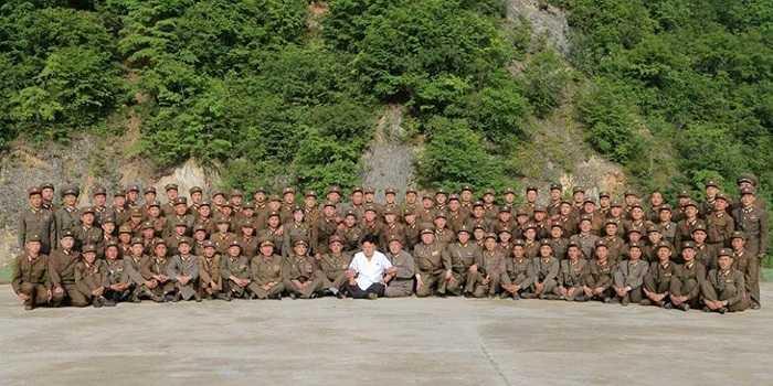 Ông Kim Jong-un và các sĩ quan, binh lính tên lửa