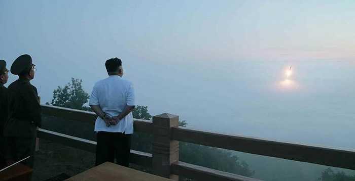 Nhà lãnh đạo Kim Jong-un quan sát đường bay của tên lửa