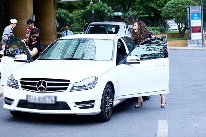 Năm ngoái, người đẹp phim 'Tôi là ngôi sao' chủ yếu sống ở Mỹ cùng gia đình để thuận lợi cho công việc kinh doanh bất động sản và chuỗi nhà hàng ăn uống nên cô đã bán chiếc Lexus hơn 3 tỷ. Mới đây, cô mới tậu chiếc Mercedes C200 nhỏ nhắn để dễ dàng di chuyển trong thành phố. Người đẹp tự lái xe mà không cần tài xế đưa đón như trước đây.