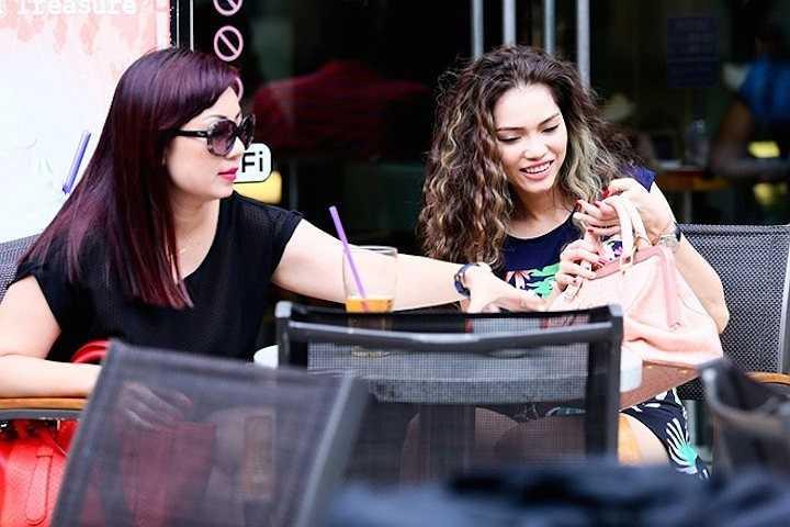 Nữ diễn viên đi uống cà phê, thư giãn cuối tuần bên người bạn thân. Cô khoe túi xách mới mua với bạn mình.