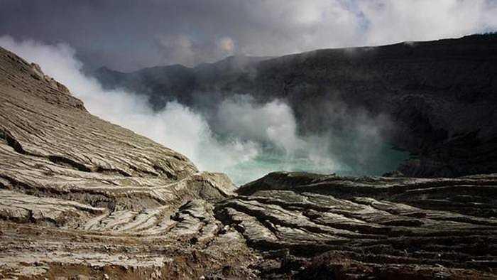 Mặc cho axit của núi lửa, nhiều người vẫn kéo đến đây tìm lưu huỳnh