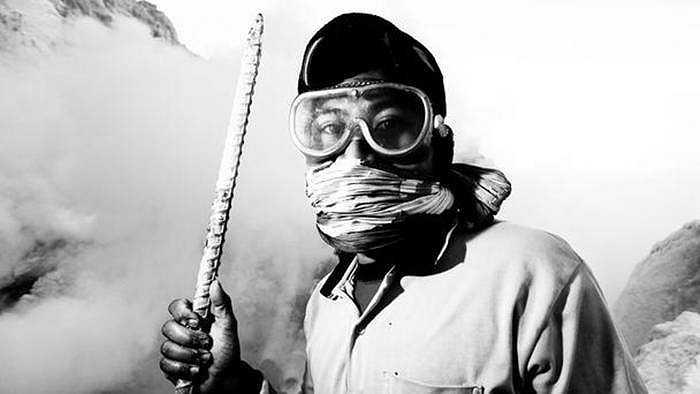 Dù đã đeo kính, khẩu trang nhưng không khí đầy tính độc vẫn khiến họ bị chảy nước mắt, khó thở