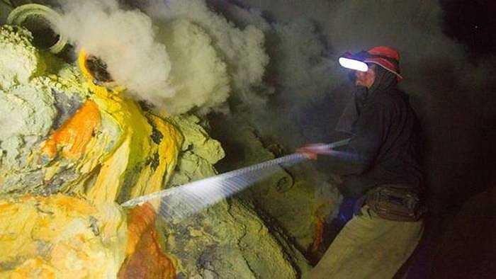 Mỗi công nhân làm việc hơn 12h mỗi ngày để tìm lưu huỳnh
