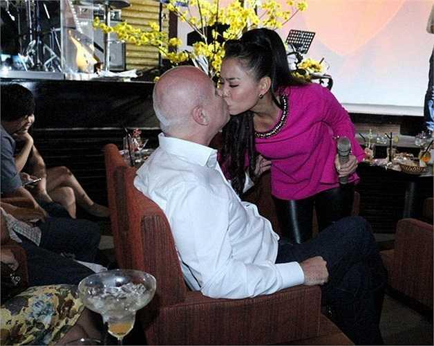 Vợ chồng Thu Minh thường xuyên dành cho nhau những cử chỉ ngọt ngào, âu yếm ở chốn đông người.