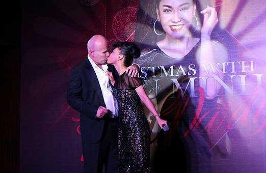 Khi bất ngờ được ông xã tặng xế sang, Thu Minh cũng không ngần ngại khóa môi chồng Tây ngay trên sân khấu.