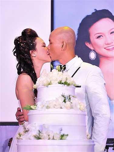 Phan Đinh Tùng và bà xã Thái Ngọc Bích ngọt ngào khóa môi trong lễ cưới.