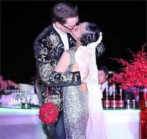 Khoảnh khắc hai vợ chồng Đoan Trang say đắm khóa môi trước sự chứng kiến của gia đình và bạn bè ở lễ cưới.