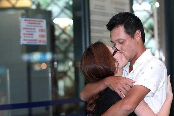 Khoảnh khắc Khải Anh đón vợ ở sân bay sau chuyến công tác Hàn Quốc. Cặp đôi thể hiện tình cảm nhớ nhung bằng một nụ hôn nóng bỏng ngay chốn đông người.