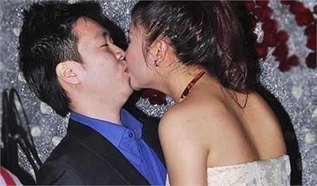 Khi còn yêu nhau, Lê Hiếu không chỉ thường xuyên đưa đón Văn Mai Hương, mà cặp đôi còn khá bạo dạn thể hiện tình cảm trước mọi người.