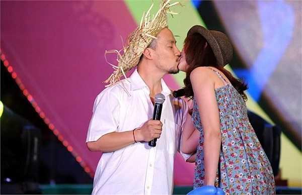Màn khóa môi của Tiến Đạt và bạn gái Hari Won khi tham gia một sự kiện nhân ngày lễ tình nhân.