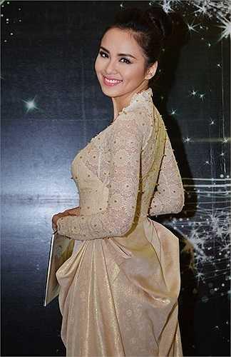 Bộ cánh của hoa hậu Diễm Hương diện khi tham dự một sự kiện diễn ra vào trung tuần tháng 6 cũng không nhận được đánh giá cao bởi chi tiết rườm rà qua lưng áo. Phần vải xếp ly không cần thiết vô tình tạo sự nặng nề cho người mặc.